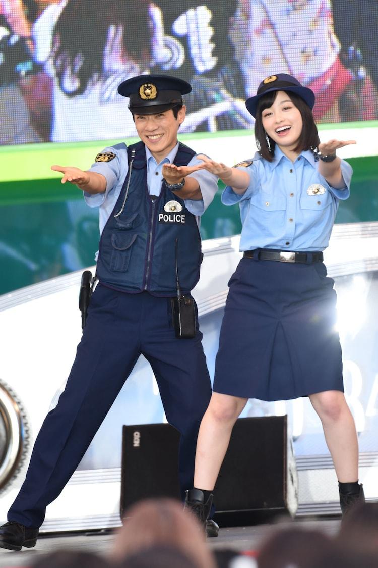 笑顔で「My Buddy」を踊る横山だいすけと橋本環奈。