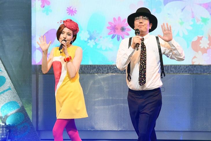 デュエットするベッキー(左)と小木博明(右)。 (c)テレビ東京