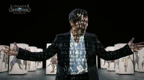 「リネージュ2 レボリューション」テレビCMのワンシーン。プロジェクションマッピングで文字を投影される矢沢永吉。