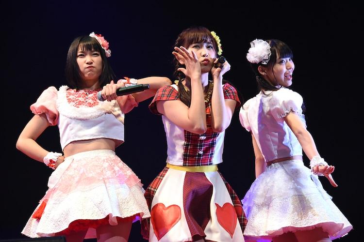 愛乙女☆DOLLとFES☆TIVEによるコラボレーションの様子。