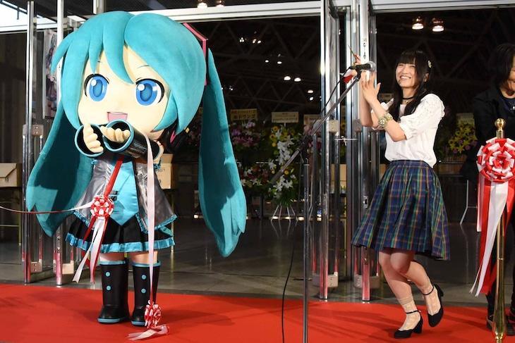 「初音ミク『マジカル・ミライ12017』」の開幕を喜ぶミクダヨー(左)と藤田咲(右)。