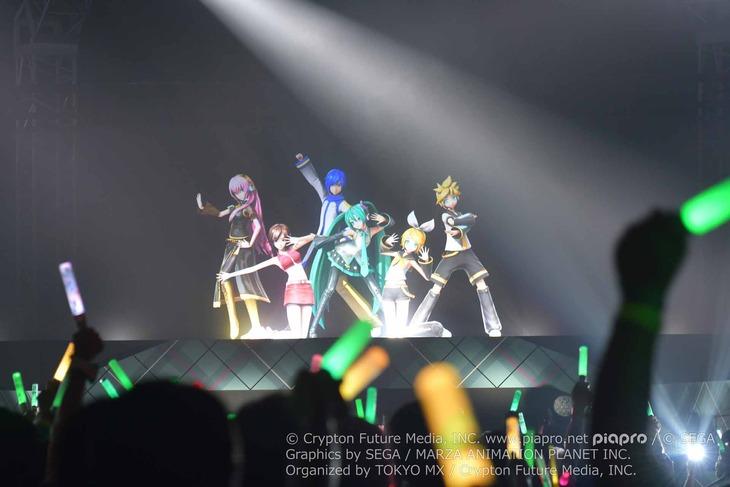 左から巡音ルカ、MEIKO、KAITO、初音ミク、鏡音リン、鏡音レン