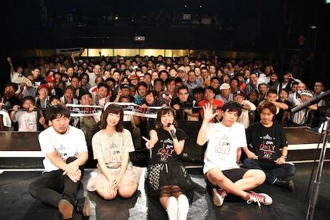 バンドメンバーや観客と記念撮影する脇田もなり。