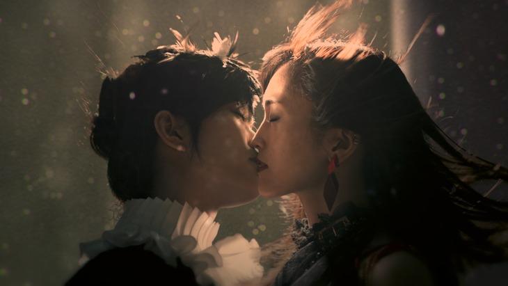山本彩「JOKER」ミュージックビデオのワンシーン。