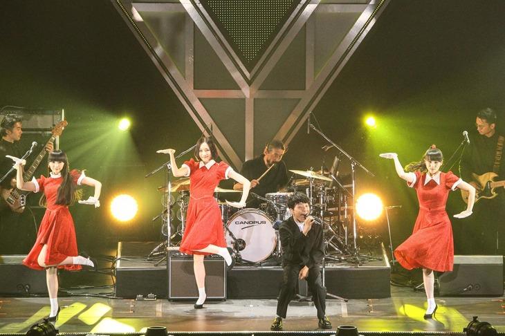 """「恋」を歌う星野源と、""""恋ダンス""""を踊るPerfume。(撮影:渡邉一生)"""