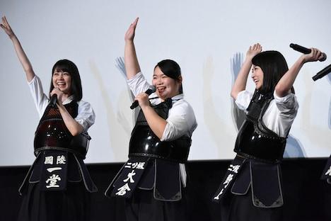「インフルエンサー」を踊る(左から)生田絵梨花、富田望生、伊藤万理華。