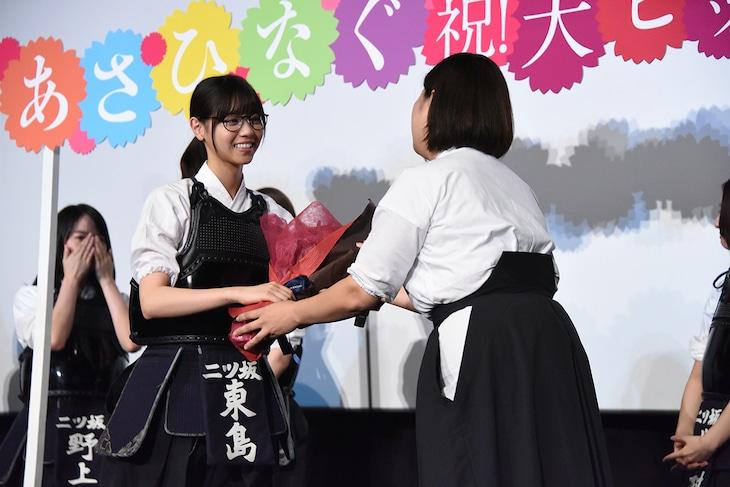 吉井和代さん(中央右)から花束を受け取る西野七瀬(中央左)。