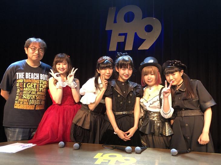 9月27日のイベントの様子。左から宗像明将、Dressing、ぱいぱいでか美、西井万理那、しふぉん(ゆるめるモ!)、宇佐蔵べに。(撮影:ピ)