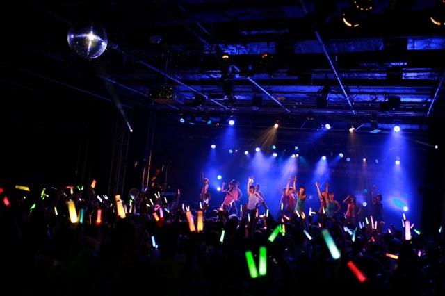 SUPER☆GiRLSのライブの様子。(写真提供:エイベックス)