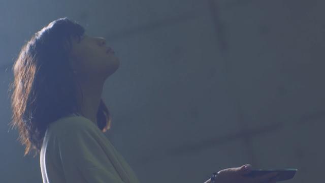 有安杏果「ヒカリの声」のミュージックビデオのワンシーン。