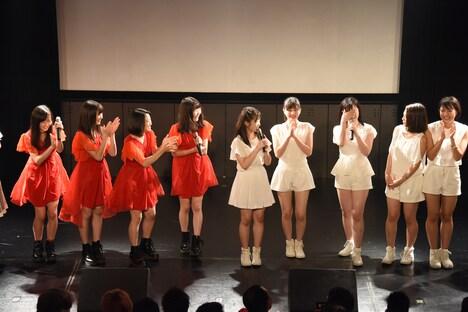 大好きな東京女子流に誕生日を祝福され照れる新沼希空(右から3番目)。