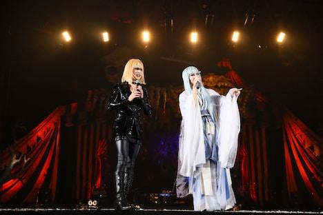 ランウェイでトークをするYOSHIKI(X JAPAN)とHYDE(VAMPS)。