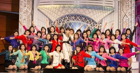 初共演が実現した荻野目洋子と登美丘高校ダンス部。(写真提供:ビクターエンタテインメント)