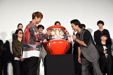 「ドンドコドンドコ……」と太鼓の音を表現する小澤雄太(右)。
