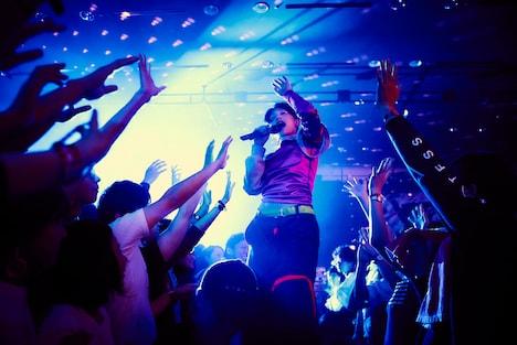 フロアで歌うコムアイ。 (c)Yusuke Kashiwazaki / Red Bull Content Pool
