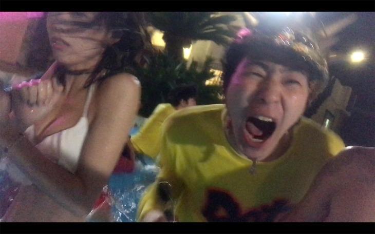 どついたるねん「おならぷーぷーセッション feat. ZEN-LA-ROCK, ZOMBIE-CHANG」ミュージックビデオのワンシーン。