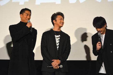 AKIRA(左)に感謝を述べる青柳翔(右)。