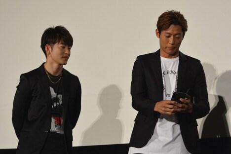 スマートフォンで写真を撮り始める黒木啓司(右)。