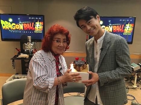 氷川きよしからバースデーケーキを受け取る野沢雅子。81歳を迎えた。