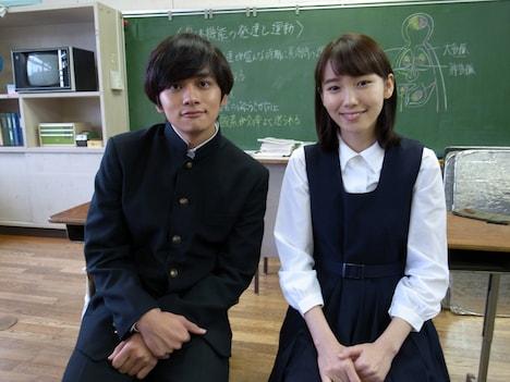 左から北村匠海(DISH//)、飯豊まりえ。(c)日本テレビ