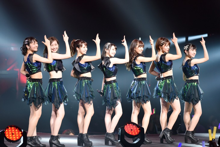 「Juice=Juice LIVE ALOUND 2017 FINAL at 日本武道館 ~ Seven Squeeze!~」の様子。左から段原瑠々、植村あかり、高木紗友希、宮本佳林、宮崎由加、金澤朋子、梁川奈々美。