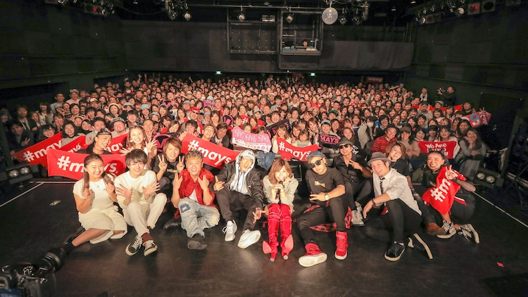 """「MAY'S 15th Anniversary """"39"""" Tour」の集合写真。(撮影:田中真光)"""