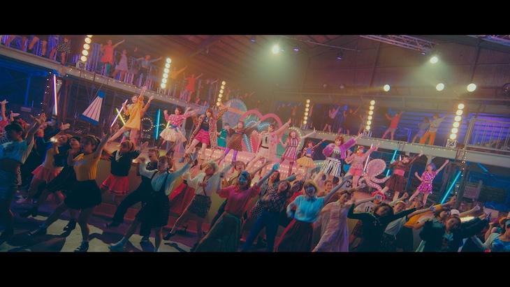 NMB48「ワロタピーポー」MVのワンシーン。