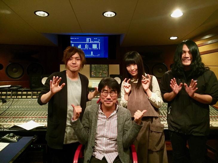 ヤバイTシャツ屋さんと亀田誠治(左から2番目)。