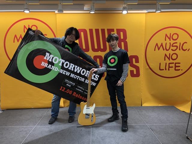 石田ショーキチ(左)と、黒沢健一のギターを持つ田村明浩(右)。(写真提供:ドリーミュージック)