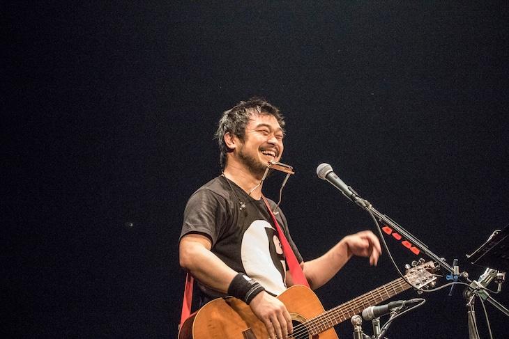 竹原ピストル「全国弾き語りツアー『PEACE OUT』」最終公演の様子。