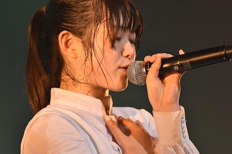 「前髪」冒頭の一節をアカペラで歌う原田珠々華。