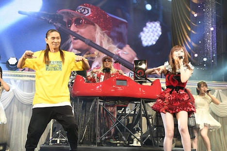 「恋するフォーチュンクッキー」披露時のSAM(TRF)、DJ KOO(TRF)、指原莉乃。(c)AKS