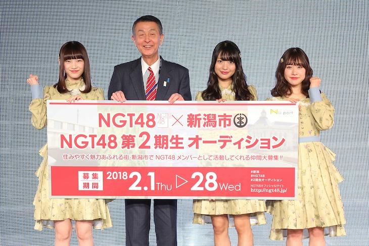 左から太野彩香、篠田昭市長、北原里英、加藤美南。