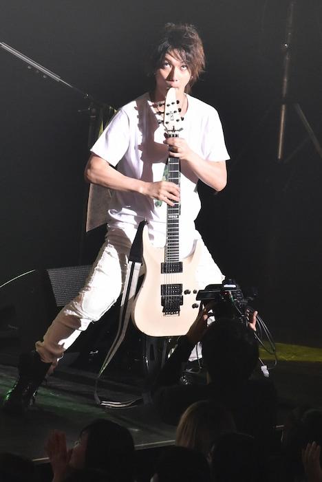 エレキギターをサックスに見立てる喜矢武豊(Gita-)。