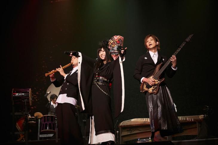 「和楽器バンド Premium Symphonic Night ~ライブ&オーケストラ~ in大阪城ホール」の様子。