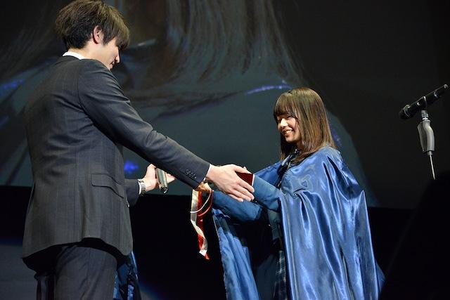 「朗読女王決定戦」で優勝し、トロフィーを受け取る花川芽衣。