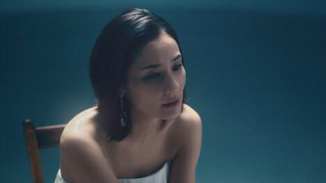 JUJU「かわいそうだよね (with HITSUJI)」ミュージックビデオのワンシーン。