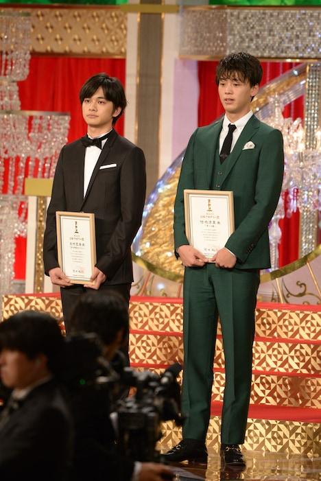 新人俳優賞の受賞者たち。左から北村匠海、竹内涼真。