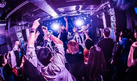 「カミツキpresents ~ CLOCKWISE HERO TOUR FINAL~3MAN SHOW」の様子。(Photo by Shin Ishihara)