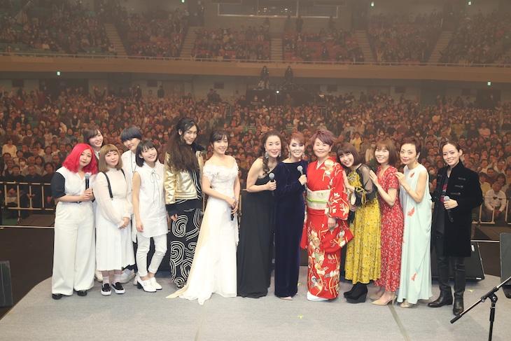 「中島みゆきリスペクトライブ2018 歌縁」出演アーティストの集合写真。(写真提供:ポニーキャニオン)