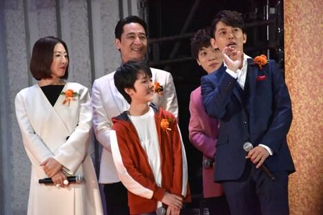 舞台セット転換中に談笑する日本語吹替版声優キャストの5人。