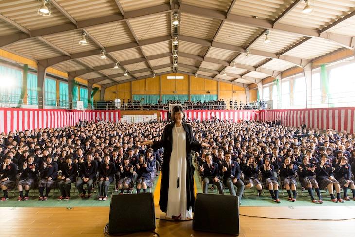 石見智翠館高等学校の卒業生と記念撮影する絢香。