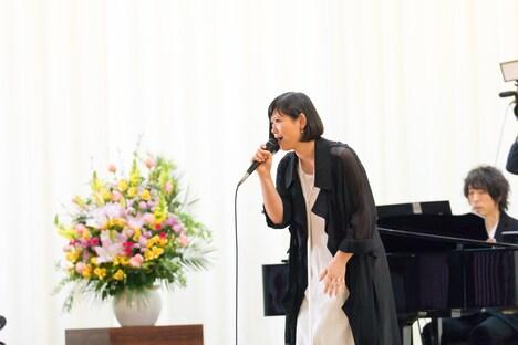 卒業式で「サクラ」を熱唱する絢香。