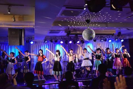 「夏休みは終わらない」を歌う渡辺美奈代とハコイリ▽ムスメ。