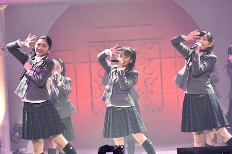 左から岡田愛、山出愛子、岡崎百々子。