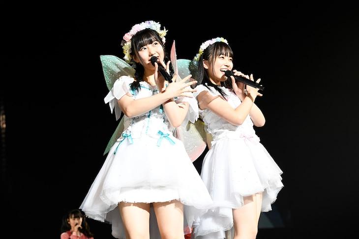 左から田中美久、矢吹奈子。(c)AKS
