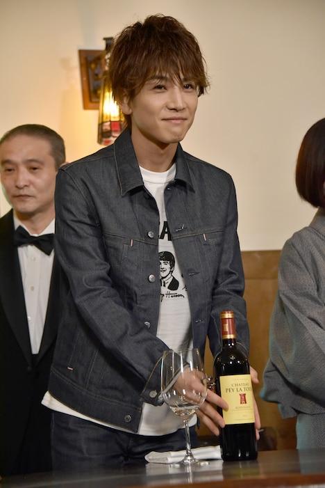 ワインのラベルを見せる岩田剛典。