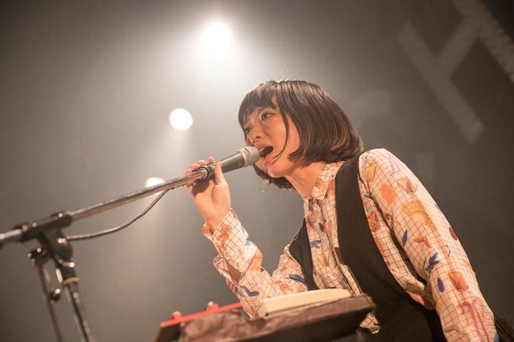 せんせい(Vo, Key / 東京カランコロン)(撮影:中磯ヨシオ)