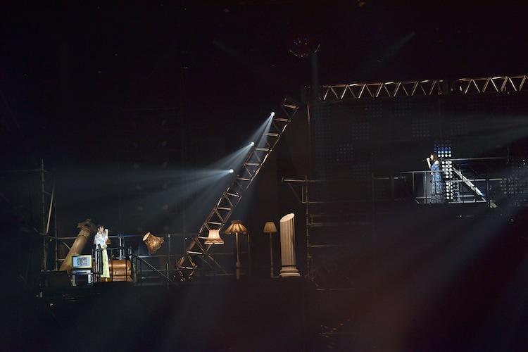 """「1行だけのエアメール」を歌う小林由依(左)、今泉佑唯(右)によるユニット""""ゆいちゃんず""""。"""