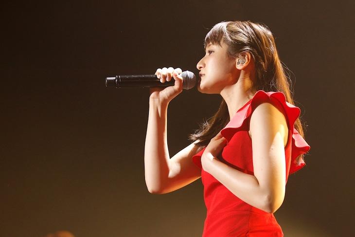 """中島愛「Megumi Nakajima Live Tour 2018 """"Curiosity of Love""""」最終公演の様子。(撮影:小境勝巳)"""